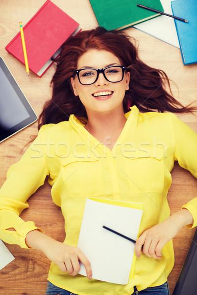 Gülen kadın öğrenci kalem ders kitabı eğitim Stok fotoğraf © dolgachov