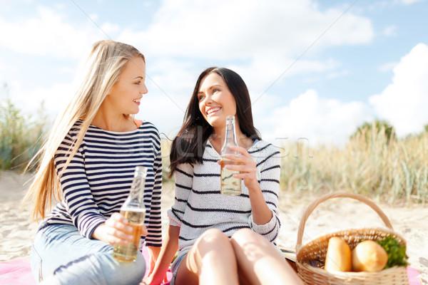 Foto stock: Feliz · mulheres · jovens · potável · cerveja · praia · verão