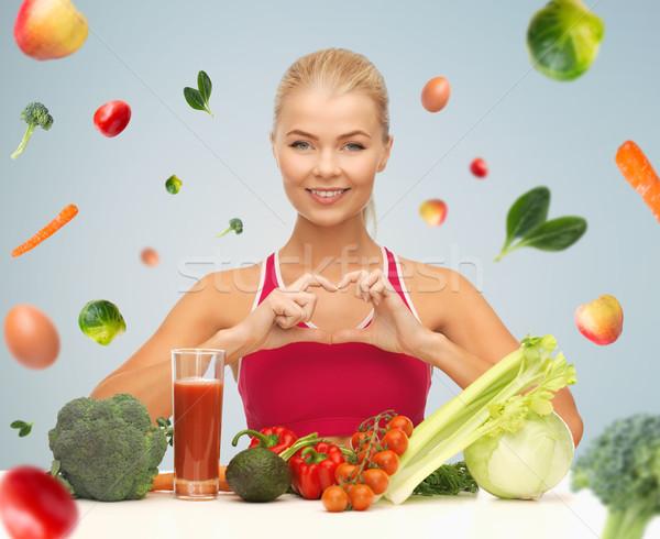 Boldog nő vegetáriánus étel mutat szív emberek Stock fotó © dolgachov