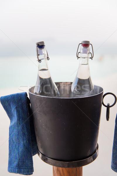 Agua botellas hielo cubo hotel playa Foto stock © dolgachov