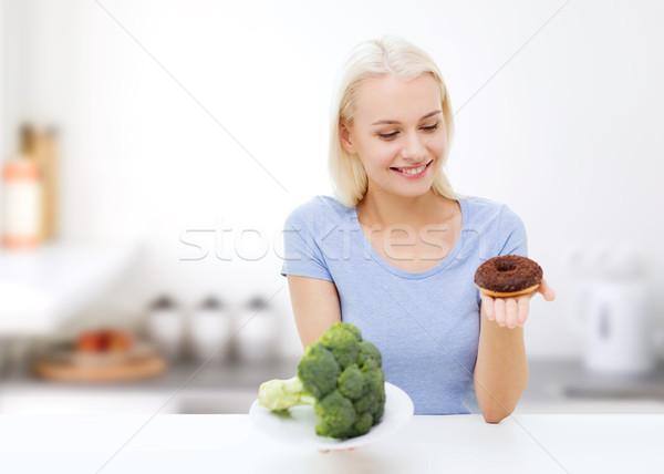 笑顔の女性 ブロッコリー ドーナツ キッチン 健康的な食事 ストックフォト © dolgachov