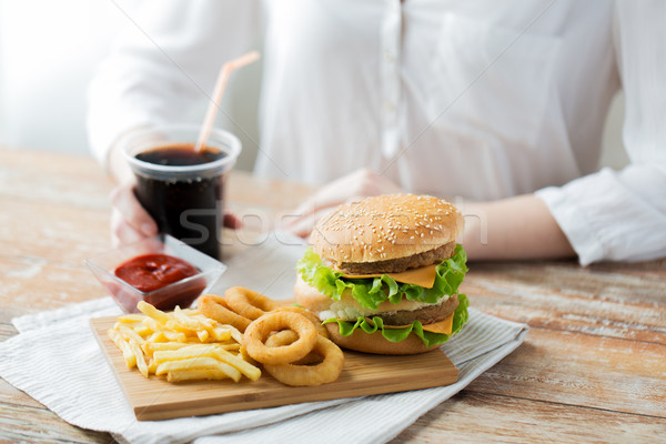 Vrouw fast food mensen ongezond eten handen Stockfoto © dolgachov