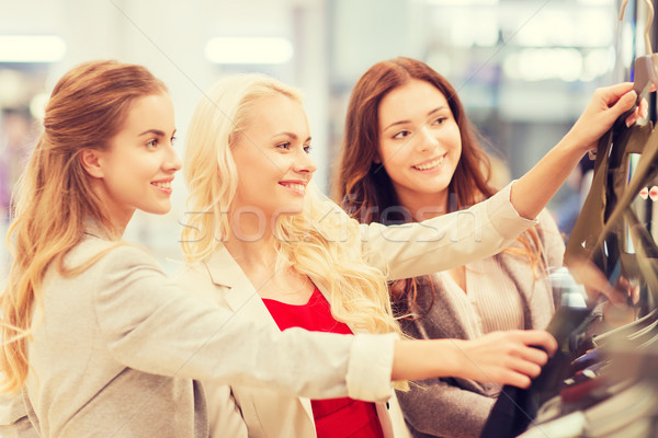 Gelukkig jonge vrouwen kiezen kleding mall verkoop Stockfoto © dolgachov