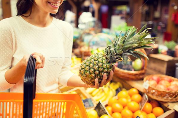 Vrouw ananas kruidenier markt verkoop Stockfoto © dolgachov