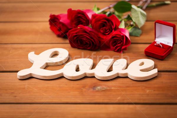 Közelkép gyémántgyűrű vörös rózsák szó szeretet javaslat Stock fotó © dolgachov