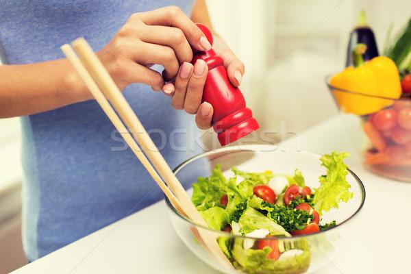 Kobieta gotowania warzyw Sałatka domu Zdjęcia stock © dolgachov