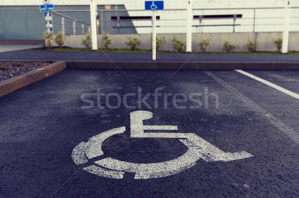 Voiture parking panneau routier handicapées extérieur trafic Photo stock © dolgachov