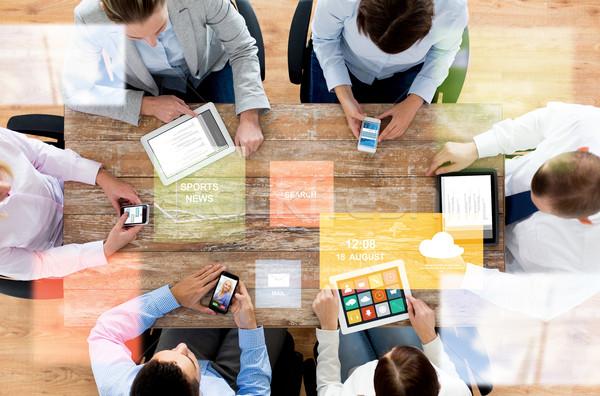 Stock fotó: üzleti · csapat · okostelefonok · táblagép · üzletemberek · technológia · média