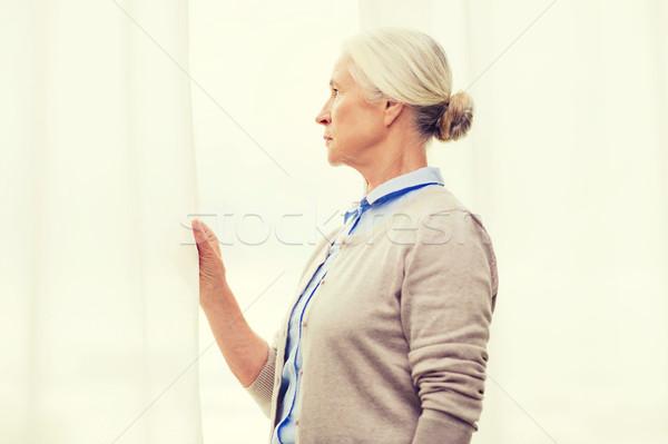 Solitaire supérieurs femme regarder fenêtre maison Photo stock © dolgachov