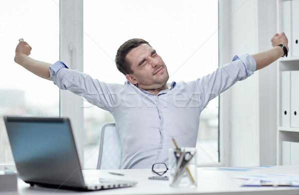 Unatkozik üzletember laptop papírok iroda üzletemberek Stock fotó © dolgachov