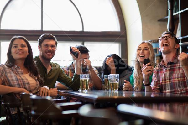 Vrienden bier kijken voetbal bar pub Stockfoto © dolgachov