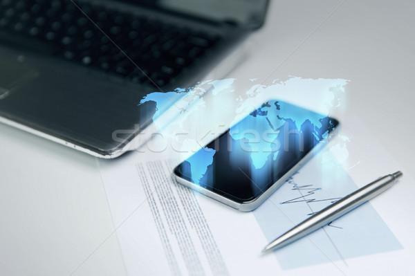 Közelkép okostelefon világtérkép hologram üzlet technológia Stock fotó © dolgachov