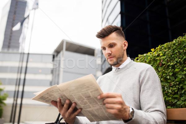 Homme lecture journal rue de la ville banc affaires Photo stock © dolgachov