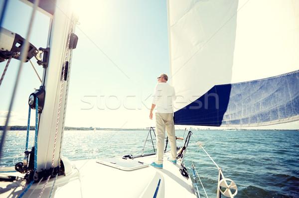 Supérieurs homme voile bateau yacht voile Photo stock © dolgachov