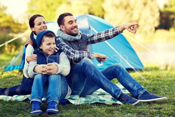 Szczęśliwą rodzinę namiot obozu kemping turystyki Zdjęcia stock © dolgachov