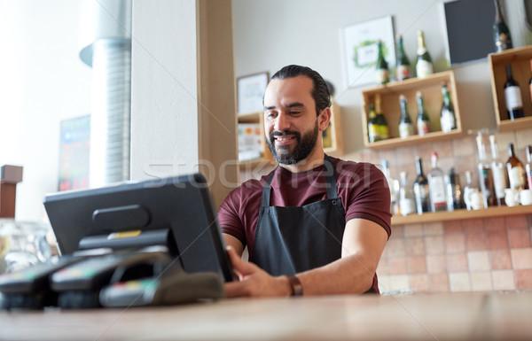 Feliz homem garçom bar empresa de pequeno porte pessoas Foto stock © dolgachov