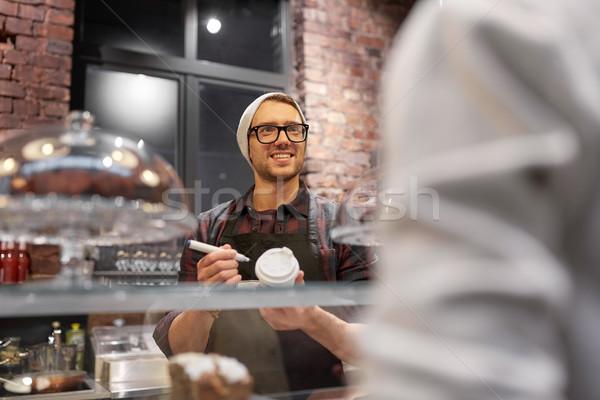 Człowiek barman filiżankę kawy klienta Kafejka małych firm Zdjęcia stock © dolgachov