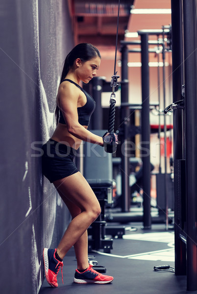 Mulher braço músculos cabo máquina ginásio Foto stock © dolgachov
