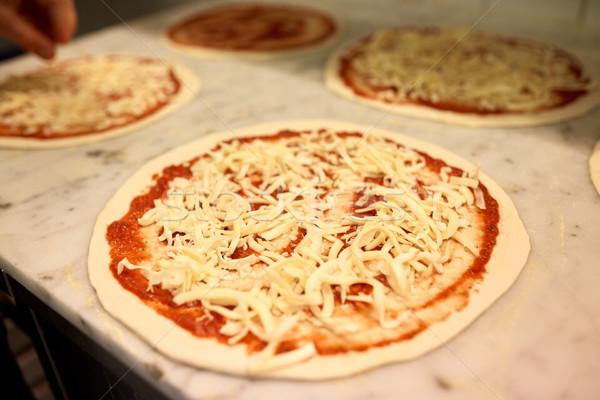 Ruw pizza geraspte kaas tabel pizzeria voedsel Stockfoto © dolgachov