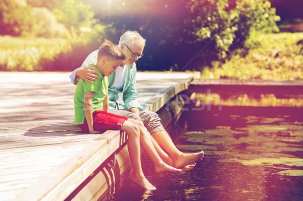 Grootvader kleinzoon vergadering rivier familie generatie Stockfoto © dolgachov