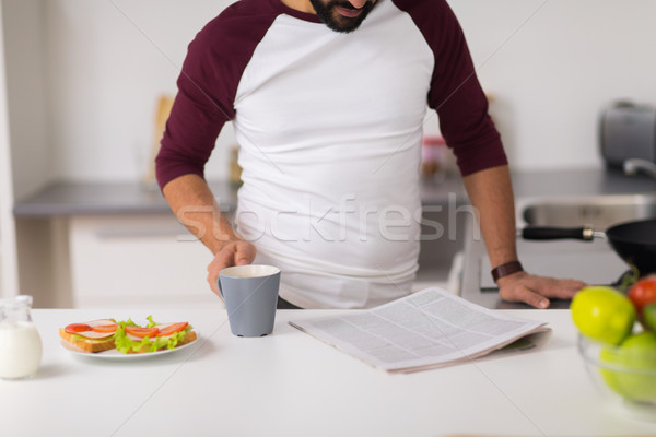 Stockfoto: Man · lezing · krant · eten · home · keuken