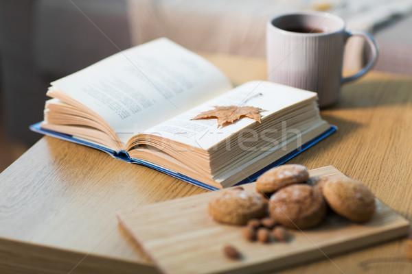 Foto d'archivio: Libro · autunno · foglia · cookies · tè · tavola