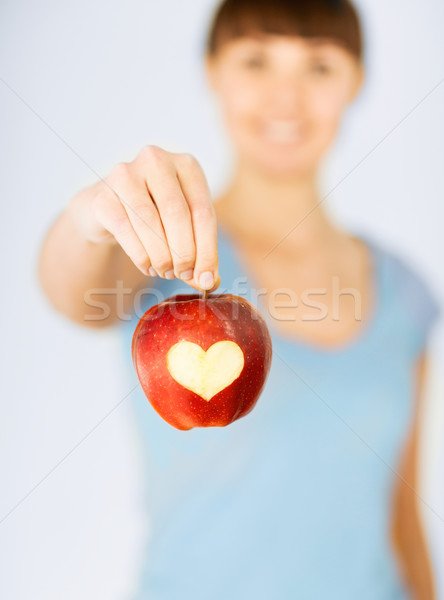 Femme main pomme rouge forme de coeur aliments sains Photo stock © dolgachov