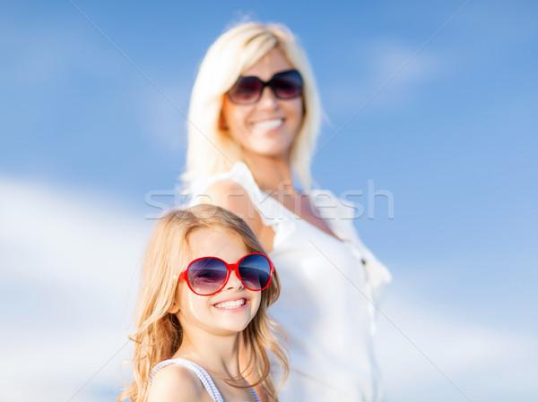 Moeder kind zonnebril zomer vakantie familie Stockfoto © dolgachov