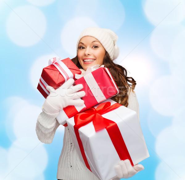 Glimlachend jonge vrouw helper hoed geschenken Stockfoto © dolgachov