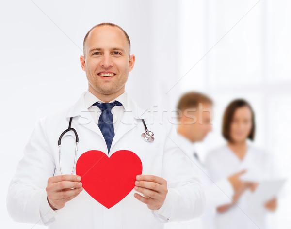 Sonriendo doctor de sexo masculino rojo corazón estetoscopio medicina Foto stock © dolgachov