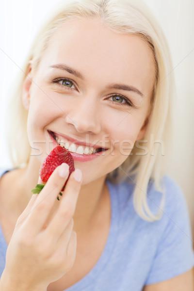 Stok fotoğraf: Mutlu · kadın · yeme · çilek · ev · sağlıklı · beslenme