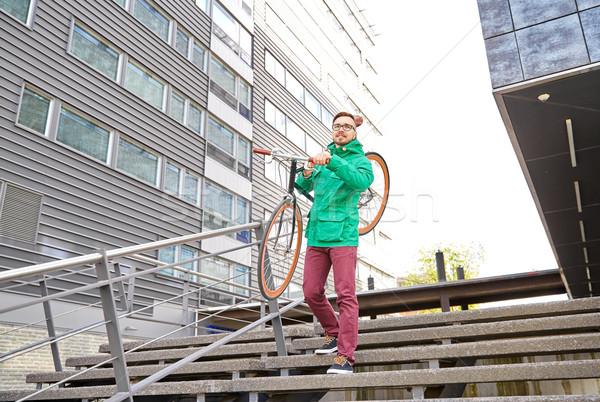 Fiatal hipszter férfi hordoz fix viselet Stock fotó © dolgachov