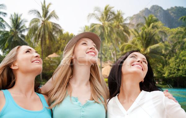 Feliz las mujeres jóvenes Resort playa verano vacaciones Foto stock © dolgachov