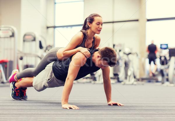 Sonriendo pareja gimnasio fitness deporte foto for Deporte gym