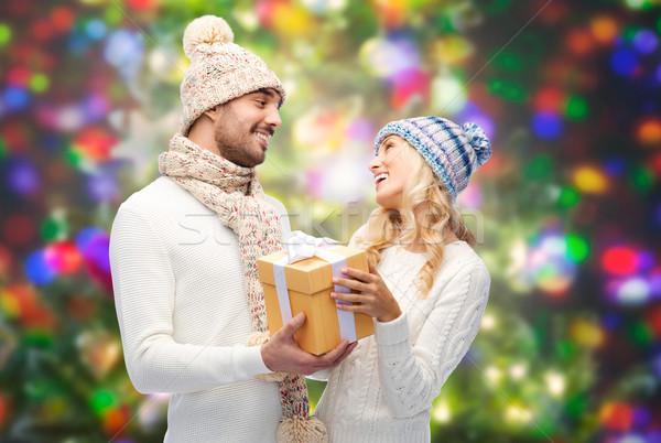 Sorridere Coppia inverno vestiti scatola regalo vacanze Foto d'archivio © dolgachov