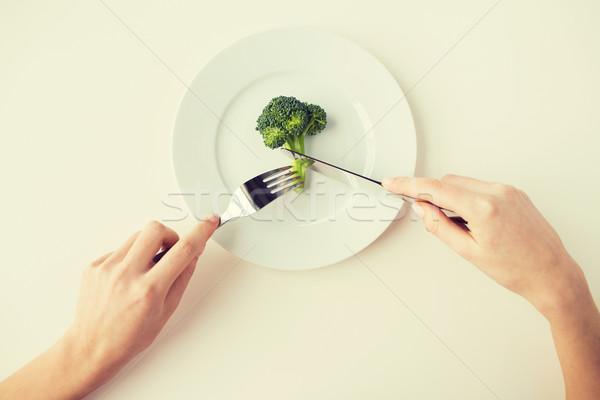 Közelkép nő kezek eszik brokkoli egészséges életmód Stock fotó © dolgachov