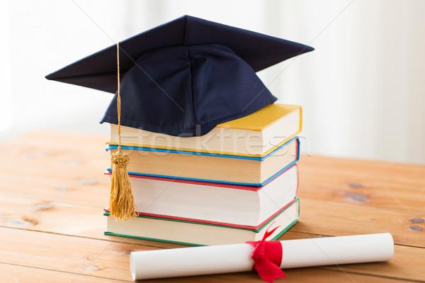 Foto stock: Livros · diploma · educação · escolas · graduação