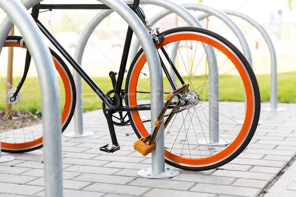Foto stock: Bicicleta · trancado · rua · estacionamento · transporte