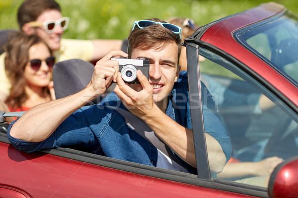 Felice amici fotocamera guida cabriolet auto Foto d'archivio © dolgachov