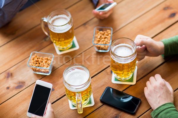 Zdjęcia stock: Ręce · piwa · bar · ludzi