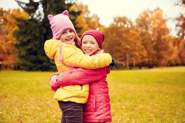 Kettő boldog kislányok ölel ősz park Stock fotó © dolgachov