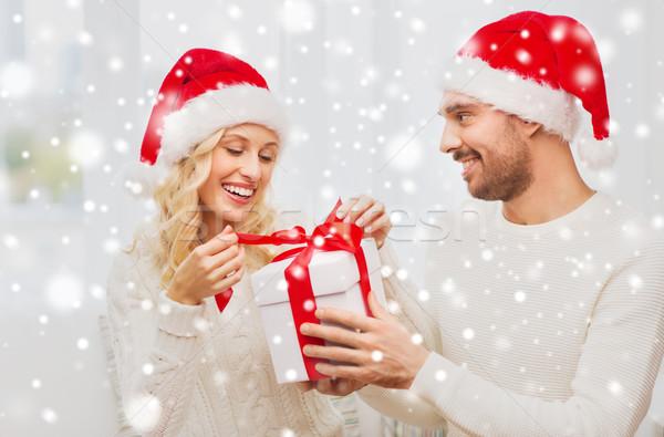 Foto stock: Feliz · Pareja · casa · Navidad · caja · de · regalo · vacaciones