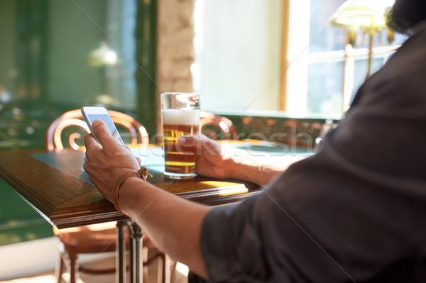 человека смартфон пива Паб люди Сток-фото © dolgachov