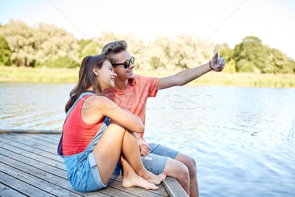 Szczęśliwy para smartphone wakacje Zdjęcia stock © dolgachov