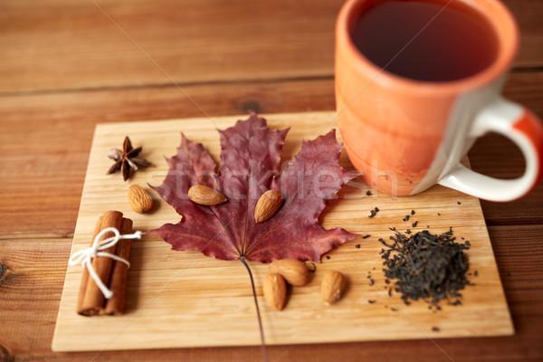 Tasse thé feuille d'érable amande saison d'automne Photo stock © dolgachov
