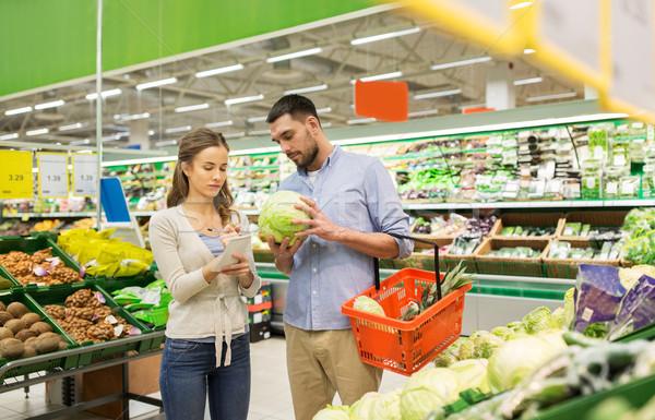 Stok fotoğraf: çift · gıda · sepet · alışveriş · bakkal · satış