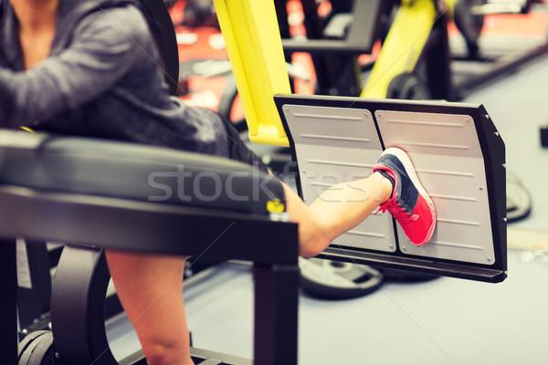 Femme muscles jambe presse machine gymnase Photo stock © dolgachov