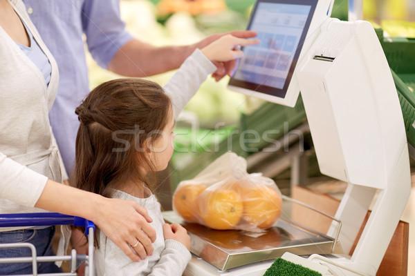 Család narancsok mérleg élelmiszerbolt vásárlás vásár Stock fotó © dolgachov