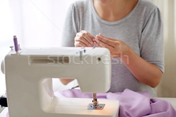Mulher carretel fio máquina de costura pessoas bordado Foto stock © dolgachov