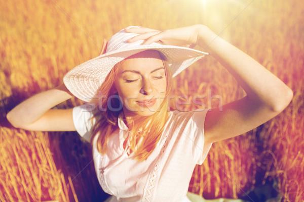 Szczęśliwy młoda kobieta zbóż dziedzinie charakter Zdjęcia stock © dolgachov